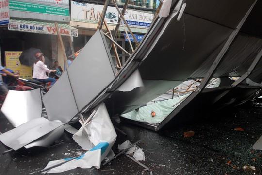 Bảng quảng cáo ngân hàng rơi xuống đường, nhiều người hú vía