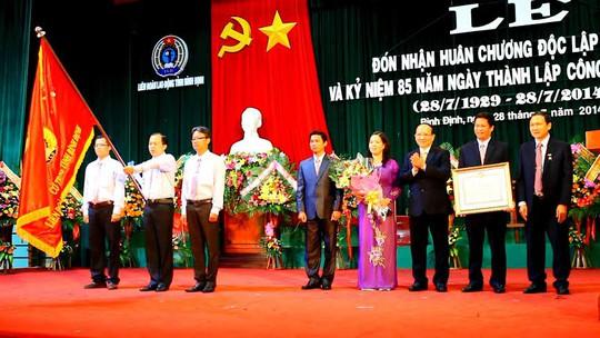 Ông Lê Hữu Lộc, Chủ tịch UBND tỉnh Bình Định (thứ ba từ phải sang), trao Huân chương Độc lập hạng Ba cho LĐLĐ tỉnh Bình Định
