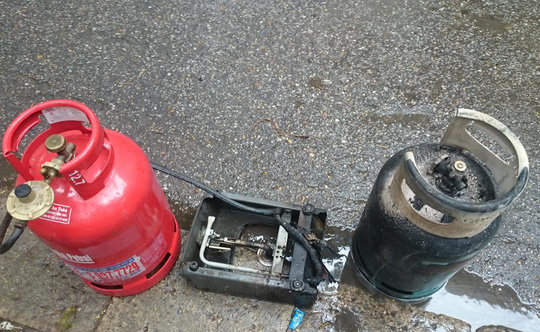 Những chiếc bình gas sau khi được làm mát đã được đưa đi giám định - Ảnh: Dân trí