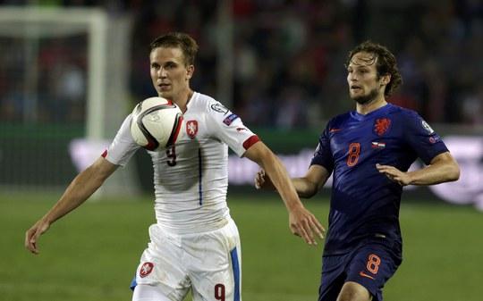 Blind (phải) trong trận Hà Lan thua CH Czech ở vòng loại Euro 2016
