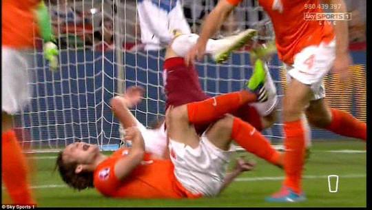 """Blind dính """"virus FIFA"""", M.U lại sứt mẻ tuyến thủ"""