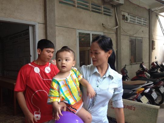 Bé trai 2 tuổi bị bỏ rơi trên taxi: Gần 20 người xin bé về nuôi