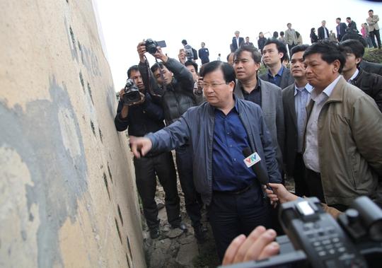 Bộ trưởng Trịnh Đình Dũng đánh giá vết nứt trụ cầu Vĩnh Tuy khá nghiêm trọng.
