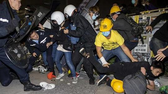Người biểu tình bỏ chạy khi bị cảnh sát truy đuổi. Ảnh: REUTERS