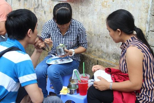 Tranh thủ ăn phần cơm mang theo để nghỉ ngơi trước khi bước vào buổi thi chiều