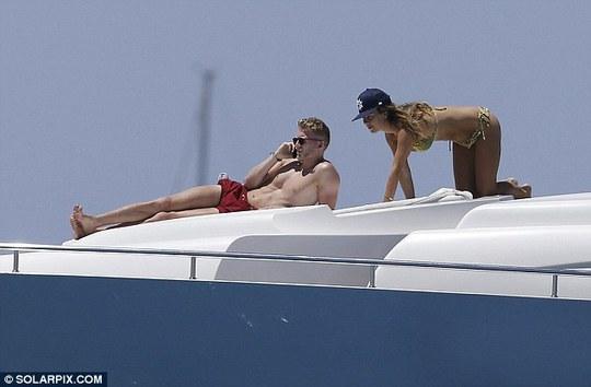 Schurrle cùng bạn gái trên du thuyền ở đảo Ibiza
