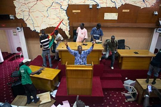 Người dân chiếm Tòa nhà Quốc hội. Ảnh: Reuters