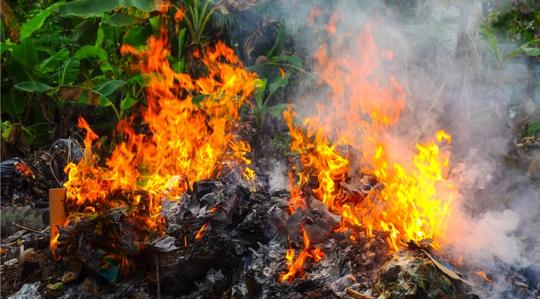 Tình trạng đốt rác diễn ra thường xuyên tại Trung Quốc. Ảnh: The Rakyat Post