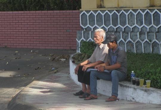 Từ sáng sớm, ông Huỳnh Văn Truyện cùng cháu ngồi chầu chực trước công Tỉnh ủy Bình Thuận nhưng không gặp được ông Nguyễn Hòa Bình