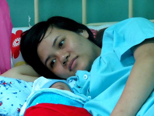 Chiều 30 Tết, một sản phụ hạnh phục nằm bên đứa con vừa ra đời tại BV Nhân dân Gia Định.