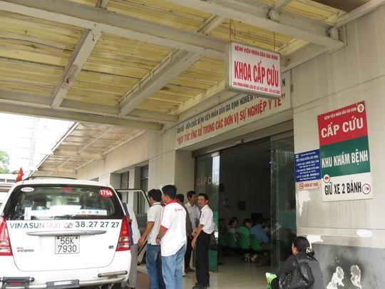Một xe taxi đến cổng khoa cấp cứu của BV Nhân dân Gia Định để chuyển bệnh nhân