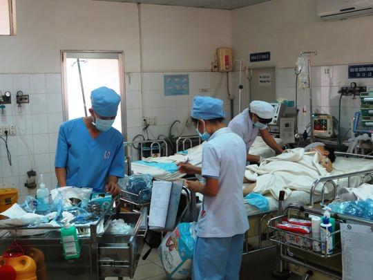 Các bệnh nhân tại đây buộc phải được chăm sóc toàn diện. Các điều dưỡng của khoa đang hối hả kiểm tra sức khỏe cho một phụ nữ