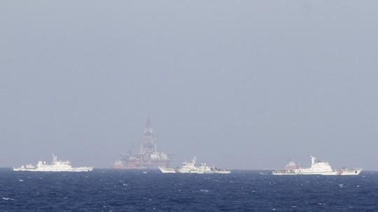 Trung Quốc vẫn duy trì đội tàu hơn một trăm chiếc, trong đó có 6 tàu chiến để bảo vệ giàn khoan Hải Dương 981 hạ đặt trái phép trong vùng biển của Việt Nam - Ảnh: Reuters