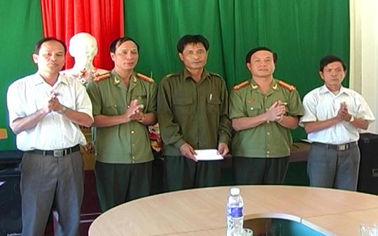 Ông Lương Văn Xuân (đứng giữa) đã bình phục chấn thương và đã đi lại làm việc bình thường