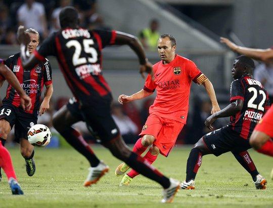 Iniesta trong vòng các cầu thủ Nice