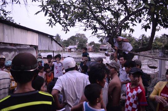 Nhiều người hiếu kỳ đến xem cá hô làm kẹt cả con hẻm dẫn vào nhà anh Minh