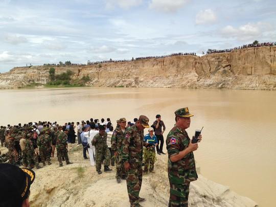 Không quân Hoàng gia Campuchia tham gia cứu hộ trong vụ trực thăng rơi. Ảnh: he Cambodia Daily