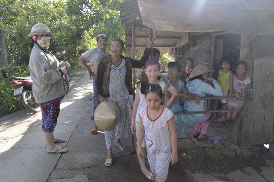 Người dân địa phương kéo đến nhà chị Nguyễn Thị Phượng để được tận mắt xem con cá lạ