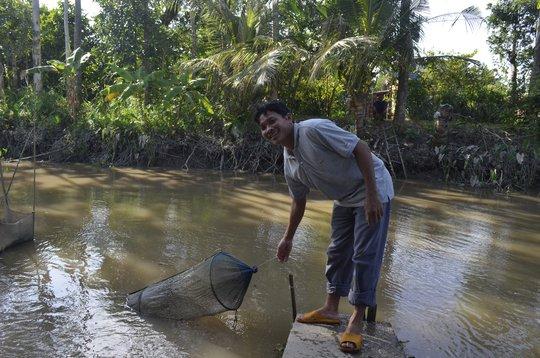 Khúc sông nơi cá lạ bị mắc trong đú