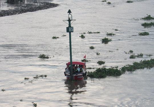 Ca nô của lực lượng Cứu hộ - Cứu nạn chạy trên sông Sài Gòn tìm thi thể Hiếu vào chiều 5-9.