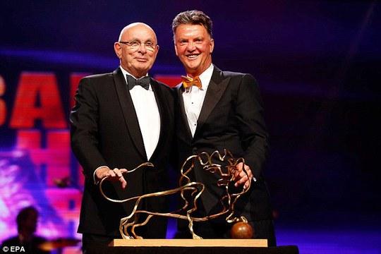 HLV Van Gaal nhận giải thưởng thành tự của năm tại gala bóng đá Hà Lan