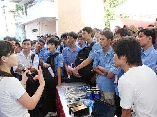 Sinh viên tìm kiếm cơ hội việc làm tại Ngày hội Việc làm Cao Thắng năm 2013