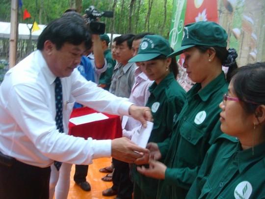 Ông Phan Mạnh Hùng, Chủ tịch CĐ Caosu VN tặng quà cho NLĐ tại Cty Caosu Dầu Tiếng