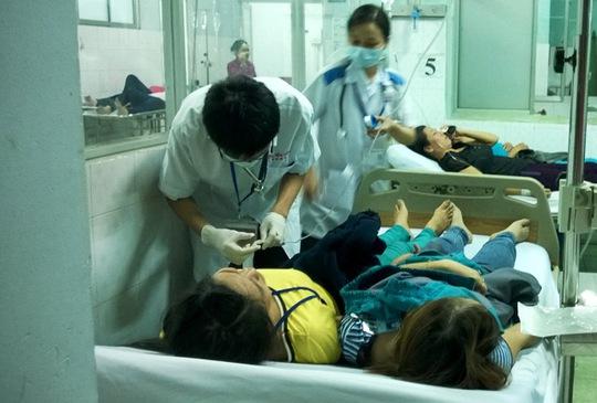 Công nhân phải nằm hai người một giường tại bệnh viện