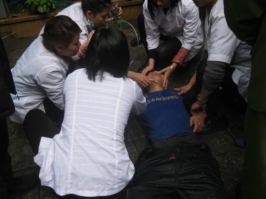 Lực lượng y tế khẩn trương cấp cứu cho chiên sĩ chữa cháy bị ngạt