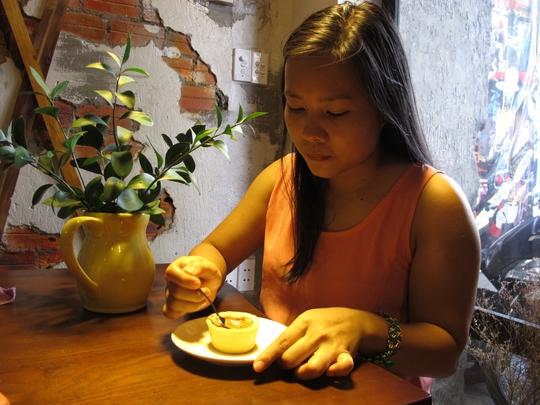 Để lâu, cà phê thấm ra bánh, lúc đó ăn bánh càng ngon.