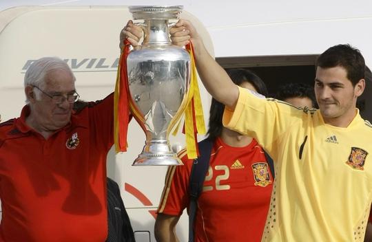 Ông Aragones cùng thủ môn Casillas