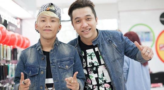 Hai ca sĩ trẻ Yanbi (phải) và Mr T