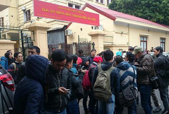 Hàng trăm phóng viên và người dân có mặt theo dõi phiên toà