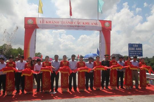 Các đại biểu cắt băng khánh thành cầu Khe Ang