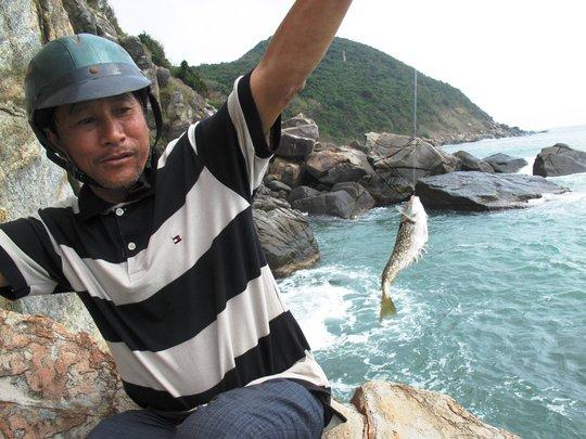 Sáu Nhật với những con cá dẩu lớn vừa được câu lên khỏi biển