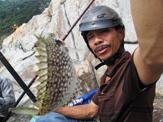 Năm Râu câu được một con cá giò lớn