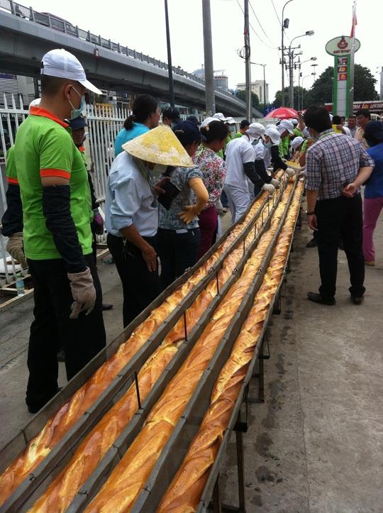 Chiếc bánh mì baguette kỷ lục Việt Nam chính thức ra đời