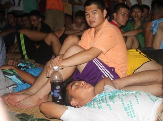 CĐV ngủ lại trong đêm trước công trụ sở VFF để chờ mua vé xem trận chung kết