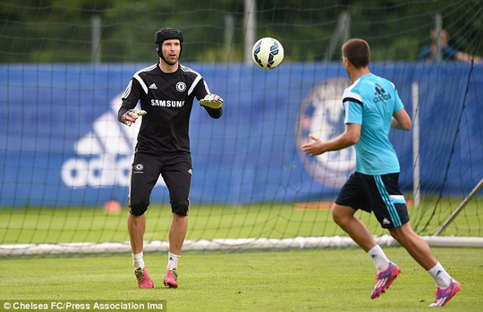 Petr Cech trong chuyến tập huấn châu Âu cùng Chelsea