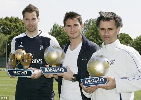 Cech, Lampard và HLV Mourinho nhân giải xuất sắc nhất năm mùa giải 2005.