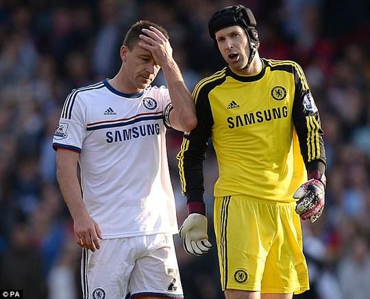 Terry và Cech trong trận thua Cystal Palace