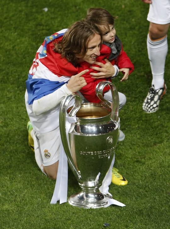 Modric chụp ảnh cùng con ngay sau khi kết thúc trận chung kết