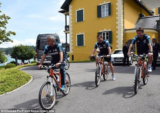 HLV Mourinho đạp xe với các học trò đến sân tập ở Valden, Áo