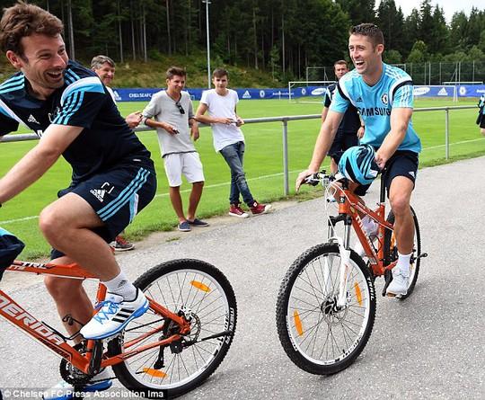 Trung vệ Cahill (phải) tỏ ra hứng thú với việc đi xe đạp trước sự chào đón của người hâm mộ nước Áo