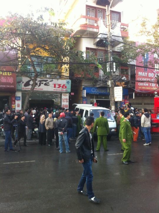 Xe cứu thương đậu trước ngõ 136 để chuyển nạn nhân ra ngoài