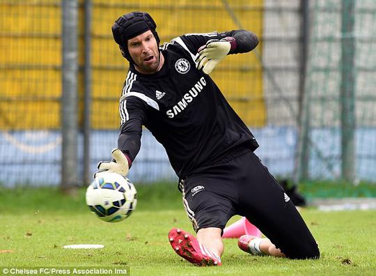 Vị trí số 1 của thủ môn Cech đang bị Courtois (ảnh dưới), người trở về từ Atletico sau 3 năm cho mượn, đe dọa