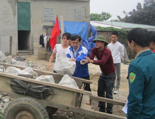 Anh Vũ Minh Tuấn (thứ 2 từ trái qua) cùng đoàn viên, thanh niên xây dựng công trình thanh niên Ảnh: HẢI VŨ
