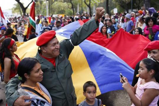 Một người ăn mặc giống ông Chavez trong lễ hội Carnaval hôm 4-3. Ảnh: Reuters