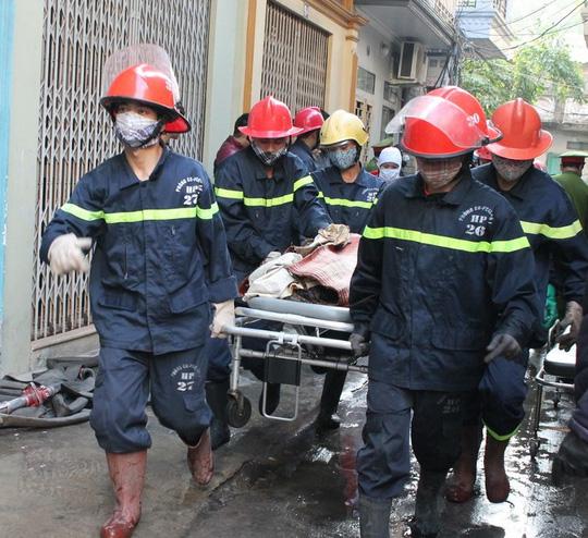 Đưa thi thể các nạn nhân khỏi hiện trường vụ cháy