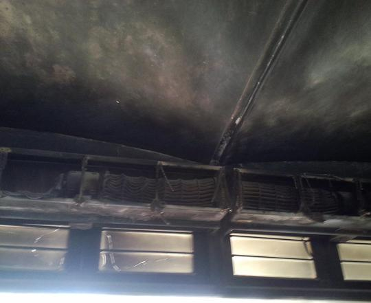 Tràn phòng vé bị cháy xém.